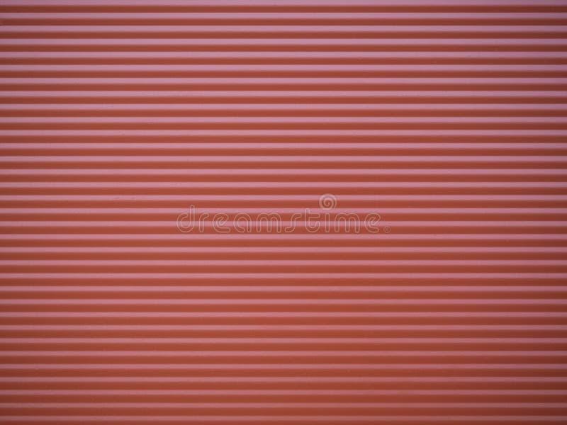 El rojo del metal agitó textura en la pared de la entrada del garaje fotografía de archivo libre de regalías
