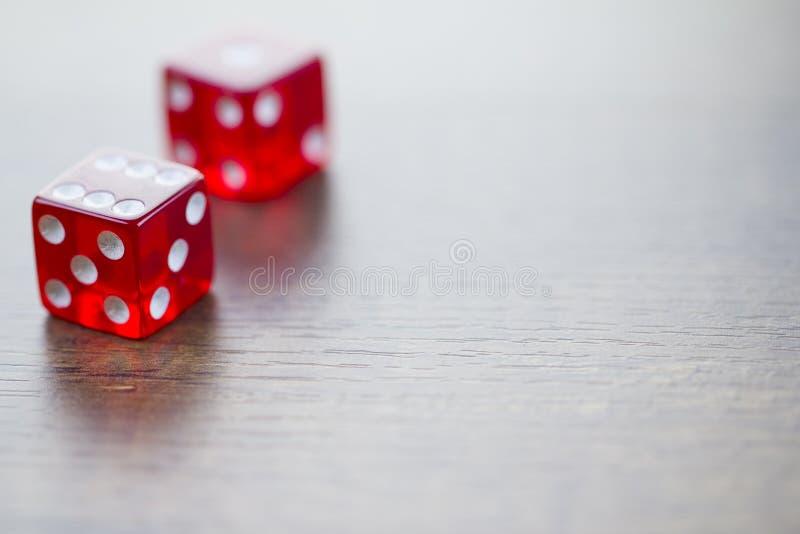 El rojo dos corta en cuadritos aislado en la mesa fotos de archivo libres de regalías