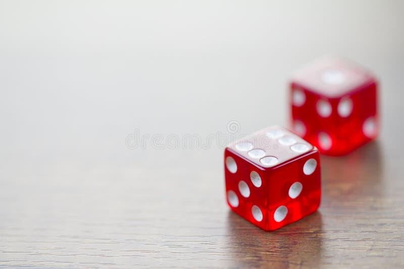 El rojo dos corta en cuadritos aislado en la mesa imagen de archivo libre de regalías