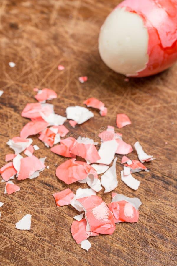 El rojo echó la cáscara para un huevo de Pascua en formato vertical foto de archivo libre de regalías