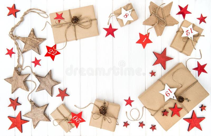 El rojo envuelto de la decoración de la Navidad del calendario del advenimiento de los regalos protagoniza imagenes de archivo