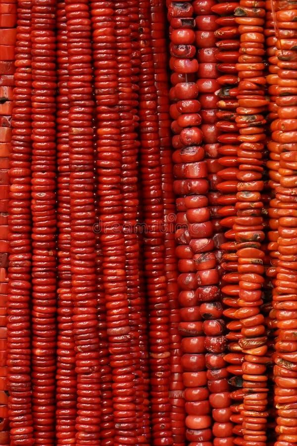 El rojo gotea los collares fotografía de archivo