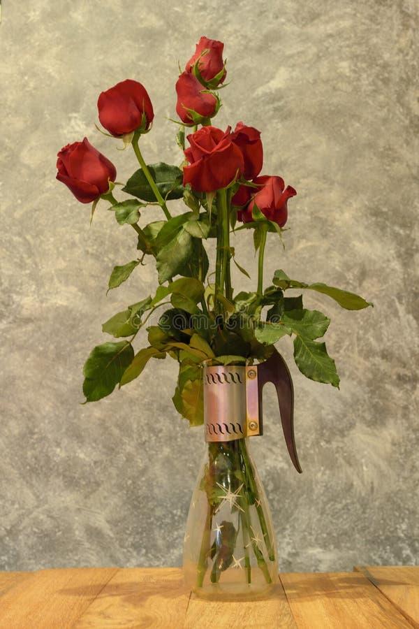 El rojo hermoso subió en un florero de cristal, tarjeta de la tarjeta del día de San Valentín imagen de archivo libre de regalías