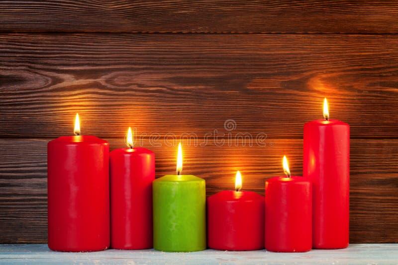 El rojo mira al trasluz la llama de Navidad imagenes de archivo