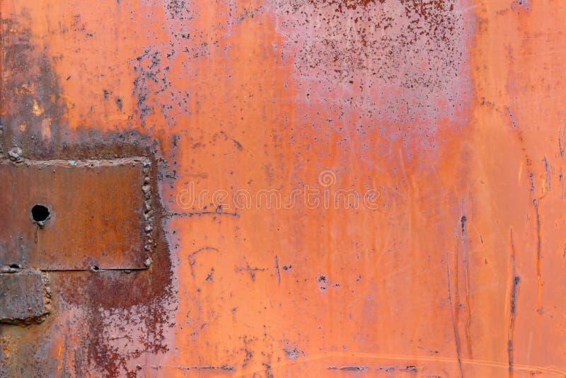 El rojo pintó la superficie de la hoja de metal con los rastros de fondo del extracto del moho fotos de archivo