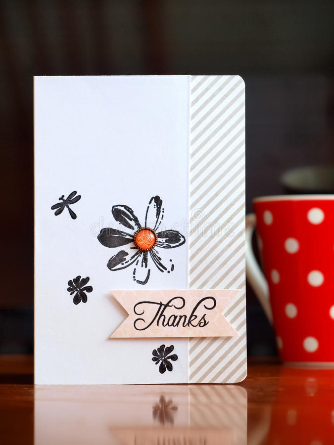 El rojo punteó la taza de café con le agradece cardar fotografía de archivo libre de regalías