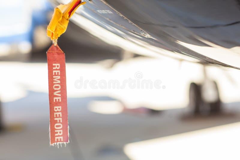 El rojo quita antes de etiqueta del vuelo en un fuselaje del aeroplano imágenes de archivo libres de regalías