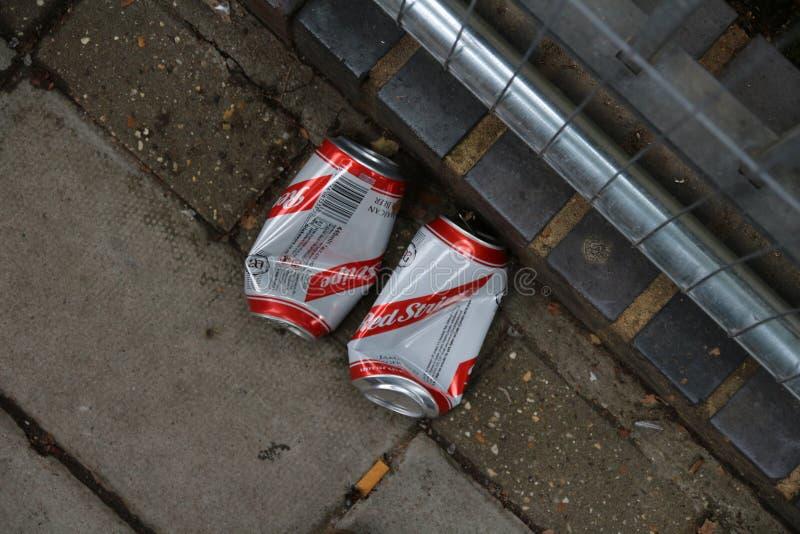El rojo raya las latas de cerveza después de mañana del partido foto de archivo