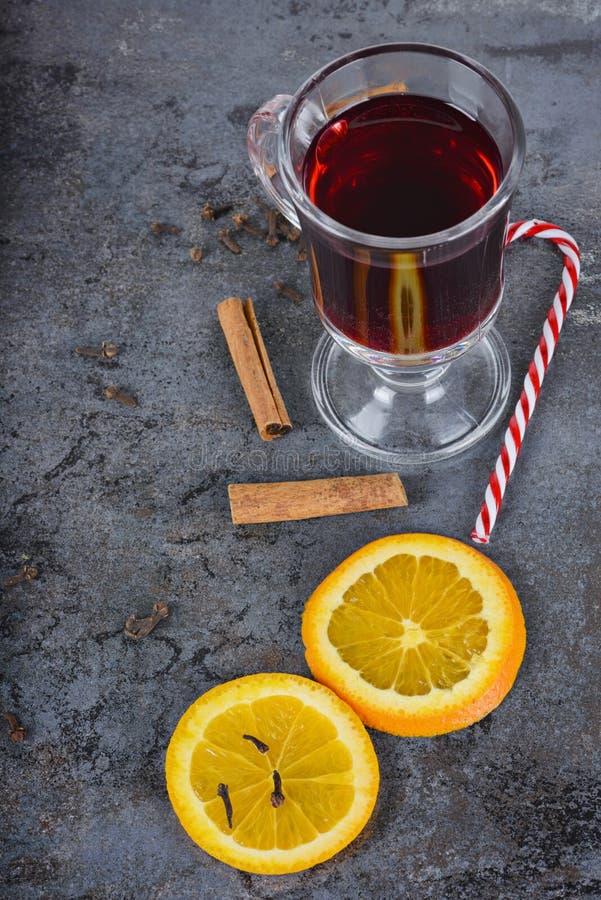 El rojo reflexionó sobre el vino, las especias y el bastón de caramelo imagen de archivo libre de regalías