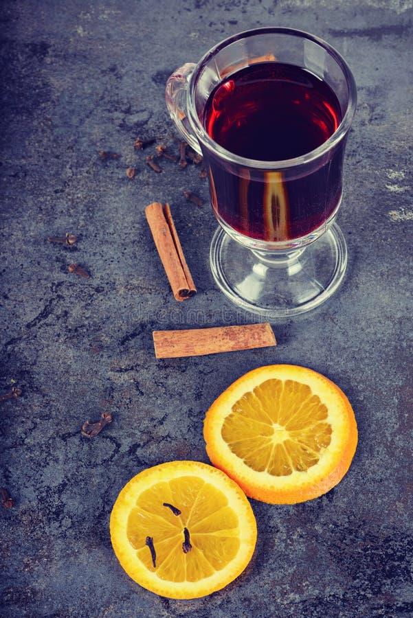 El rojo reflexionó sobre el vino y diversas especias, retro entonado fotos de archivo libres de regalías
