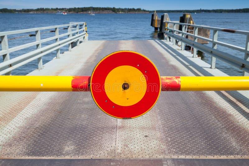 El rojo y el amarillo paran la muestra en carretera de peaje cerrada imagenes de archivo