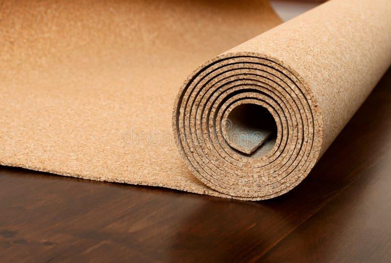 El rollo del corcho miente en un piso marrón fotografía de archivo