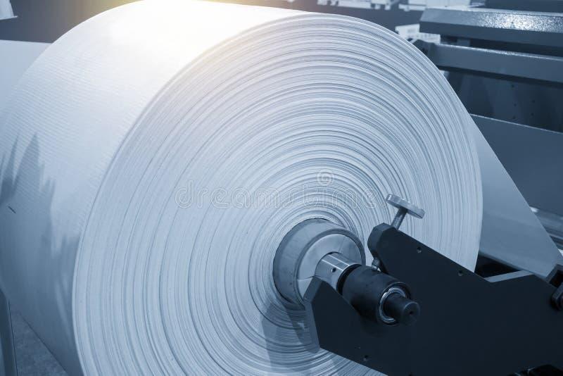 El rollo del material para el proceso de fabricación de la bolsa de plástico foto de archivo libre de regalías