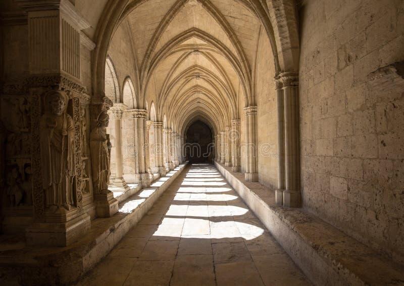 El románico enclaustra la iglesia de la catedral de Trophime del santo en Arles Provence, foto de archivo libre de regalías