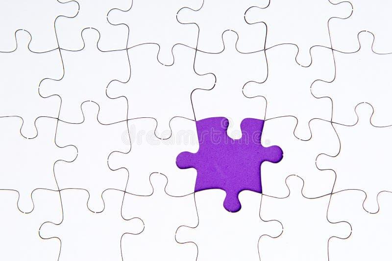 El rompecabezas junta las piezas - de blanco con el espacio que falta púrpura foto de archivo
