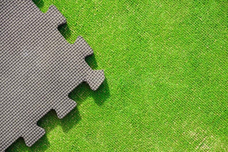 El rompecabezas junta las piezas en el fondo verde claro, visión horizontal foto de archivo libre de regalías