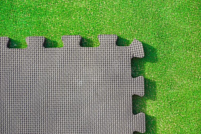 El rompecabezas junta las piezas en el fondo verde claro, visión horizontal imágenes de archivo libres de regalías
