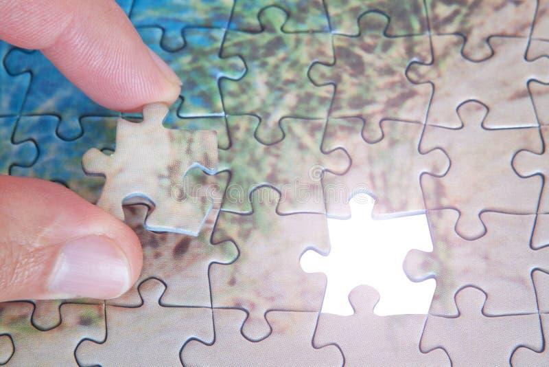 El rompecabezas que falta pasado del pedazo. fotografía de archivo