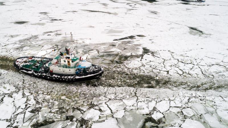 El rompehielos de LAINICI, rompe el hielo en el Danubio imágenes de archivo libres de regalías