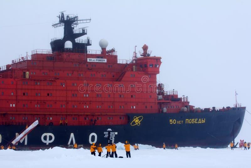 El rompehielos de propulsión nuclear llevó a la expedición al Polo Norte fotografía de archivo libre de regalías