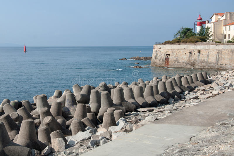 El rompeolas tetrápodo de los bloques de cemento protege el puerto de Ajacio fotografía de archivo
