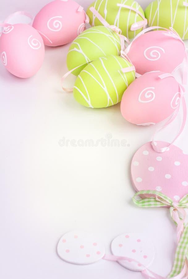 El rosa y el verde de Pascua pintaron los huevos en blanco y espacio de la copia imagen de archivo libre de regalías