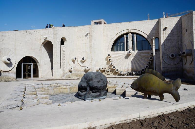 El rostro humano y los pescados de las estatuas del arte moderno cerca de Ereván conectan en cascada, Armenia fotografía de archivo