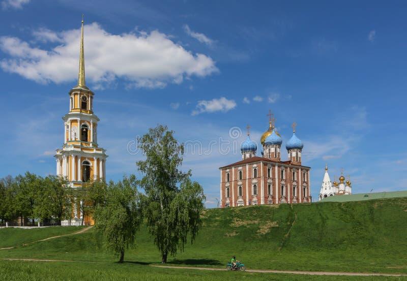 el ruso hermoso ve el Kremlin y el campanario fotografía de archivo