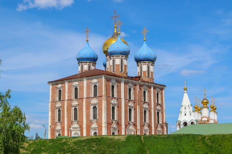 el ruso hermoso ve el Kremlin y el campanario fotos de archivo libres de regalías