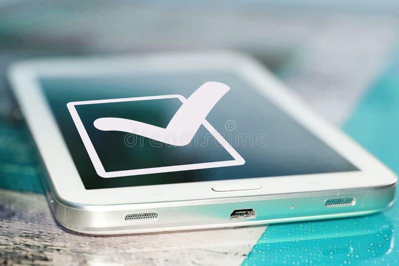 El símbolo de una señal y de un x28; Yes& x29; en la pantalla del teléfono celular fotografía de archivo libre de regalías