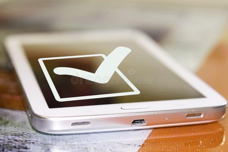 El símbolo de una señal y de un x28; Yes& x29; en la pantalla del teléfono celular fotos de archivo libres de regalías