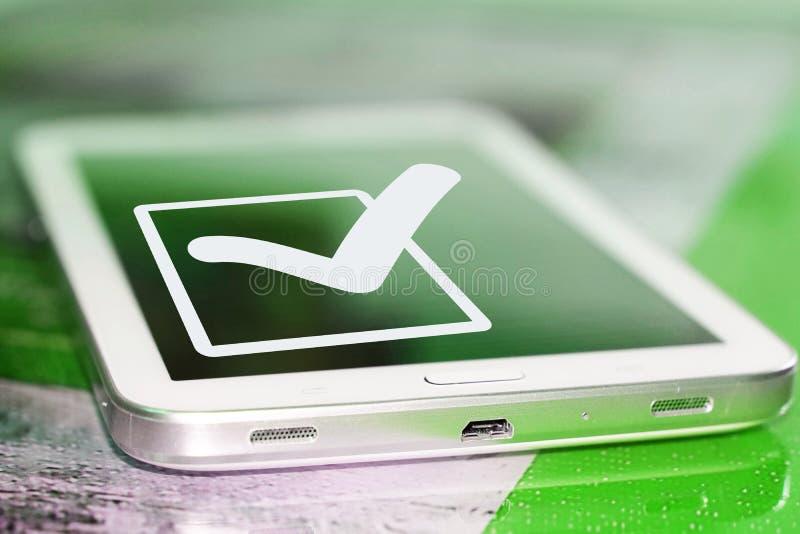 El símbolo de una señal y de un x28; Yes& x29; en la pantalla del teléfono celular foto de archivo