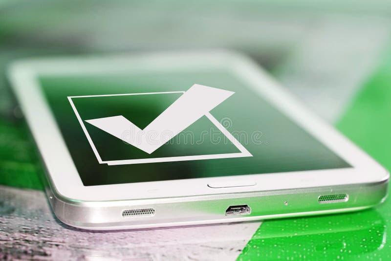 El símbolo de una señal y de un x28; Yes& x29; en la pantalla del teléfono celular imagen de archivo libre de regalías