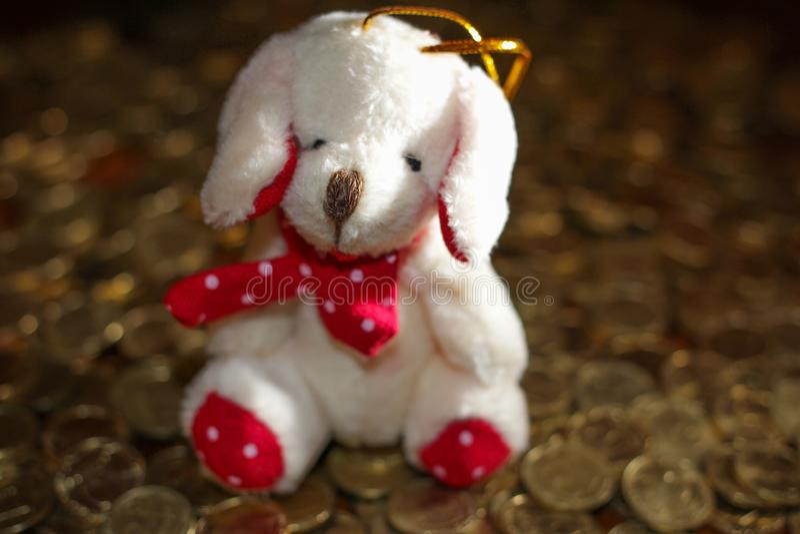 El símbolo del Año Nuevo es un perro en el oro imágenes de archivo libres de regalías