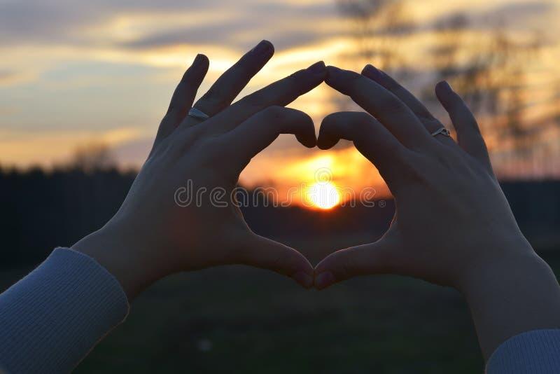 El símbolo del hogar en puesta del sol fotografía de archivo libre de regalías