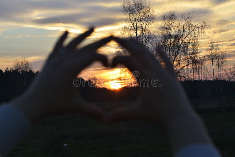 El símbolo del hogar en puesta del sol imagen de archivo