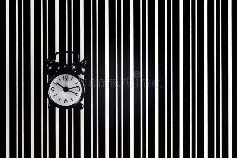 El símbolo del tiempo es el despertador en el fondo de t fotografía de archivo libre de regalías
