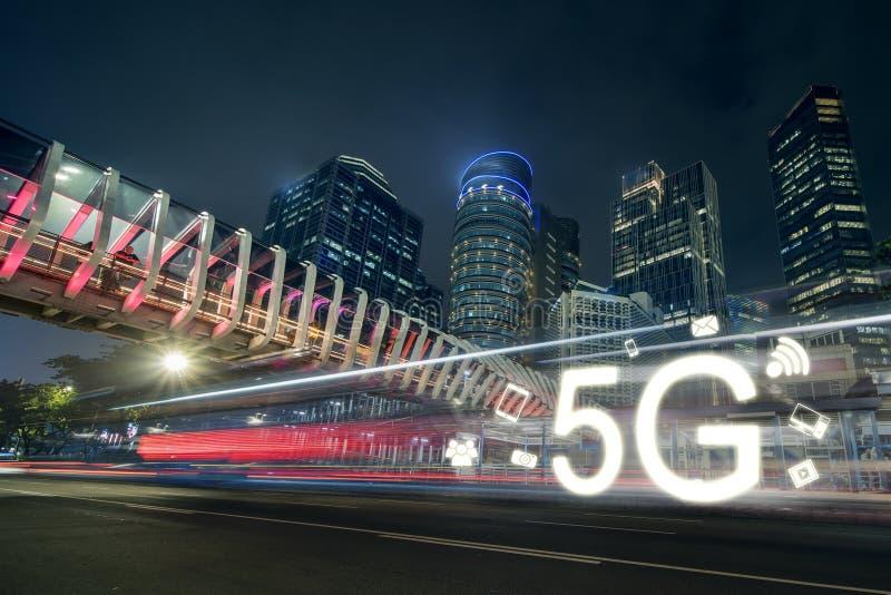 el símbolo 5G está apresurando en el camino en la noche fotos de archivo