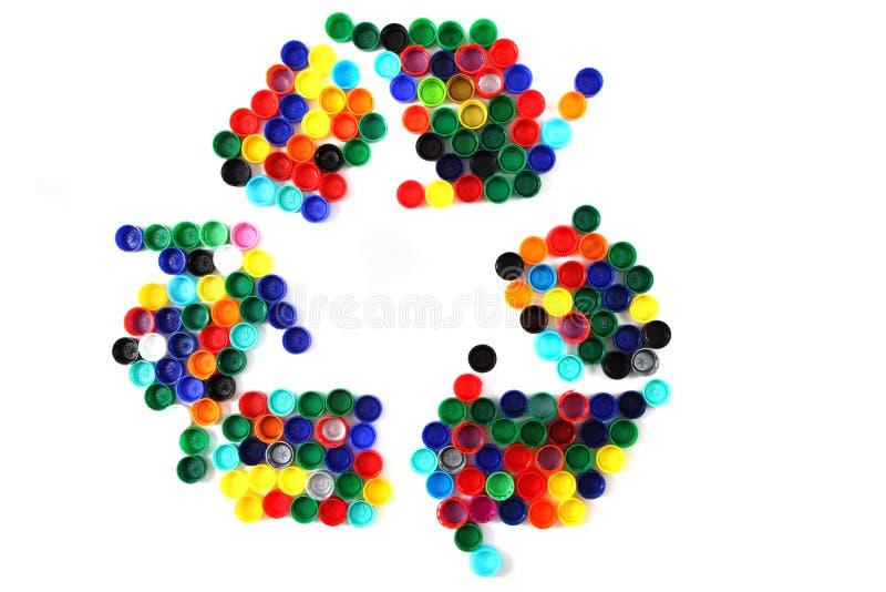 El símbolo recicla de los casquillos del plástico del color imagenes de archivo