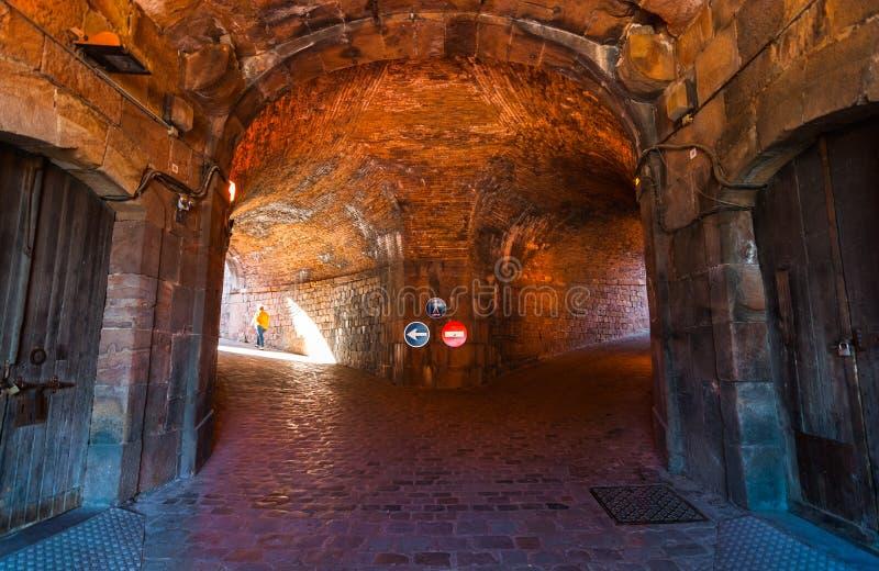El sótano militar del siglo XVI de la fortaleza hace un túnel en sitio histórico encima de la colina de Montjuïc, cerca del mar  fotos de archivo