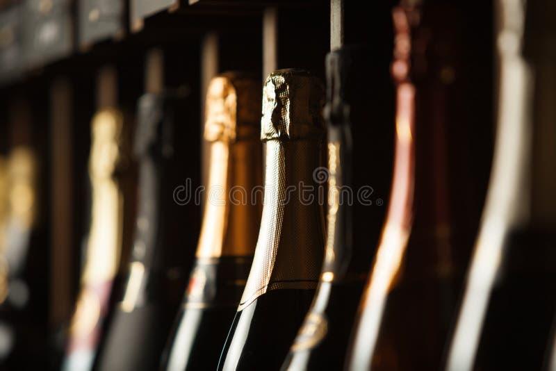 El sótano subterráneo con champán de la élite en estantes, se cierra encima de la foto horizontal fotografía de archivo