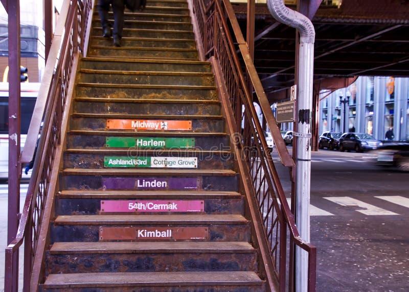 El ` s de Chicago elevó el sistema de transporte del ` del EL del ` - escaleras que llevaban a la plataforma del tren fotografía de archivo