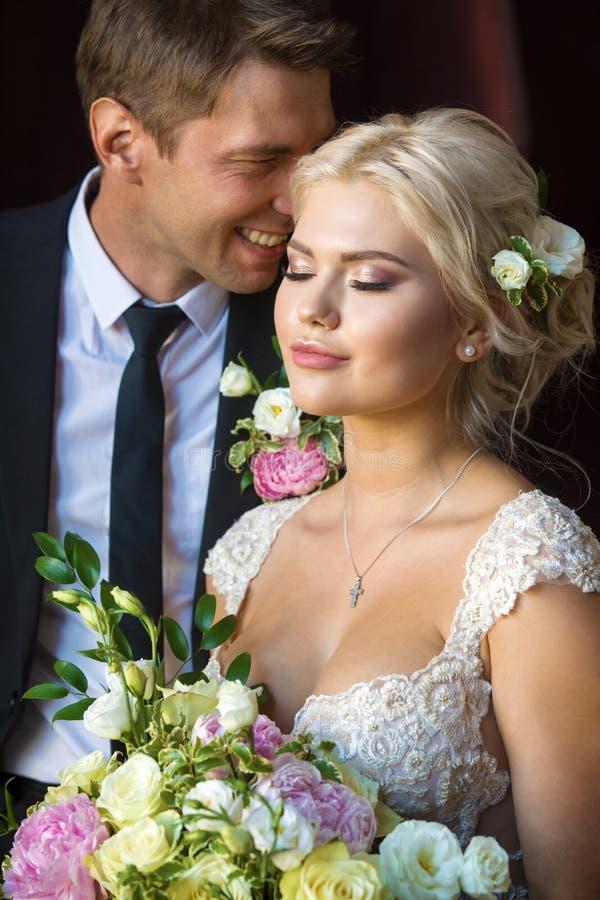 El ` s de la novia sueña cerca con el novio imagen de archivo libre de regalías
