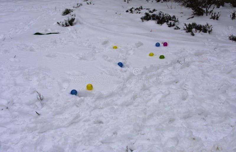El ` s de los niños juega dispersado aleatoriamente en el patio del invierno imagenes de archivo