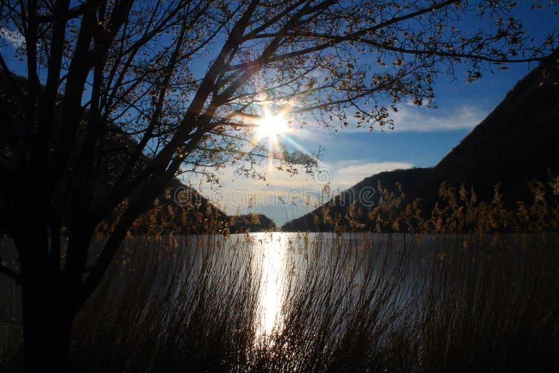 El ` s de Segrino heló el lago en Lombardía foto de archivo