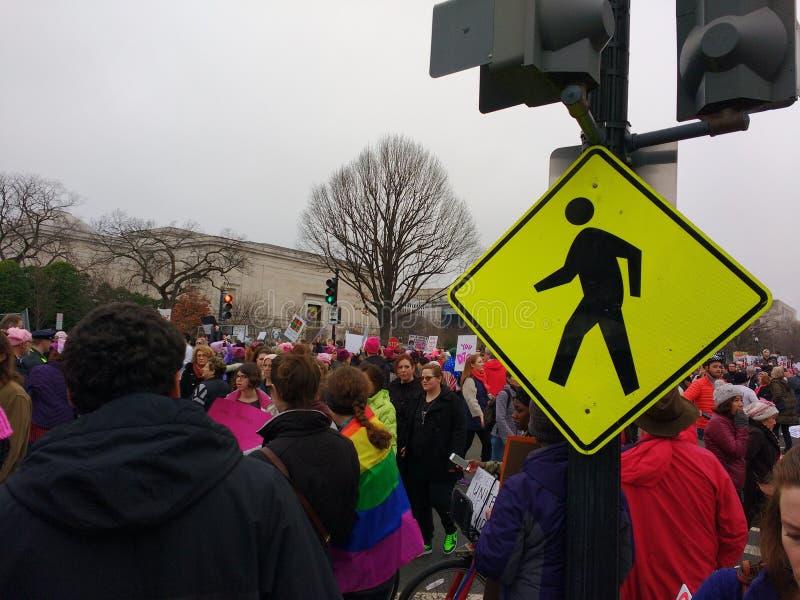 El ` s marzo de las mujeres en Washington, paso de peatones, manifestantes se reúne contra presidente Donald Trump, Washington, D fotografía de archivo libre de regalías