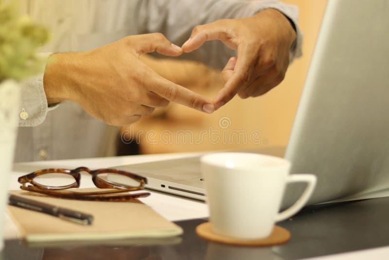 El s?mbolo del hombre y del coraz?n de su mano, ama el trabajo en la oficina foto de archivo libre de regalías