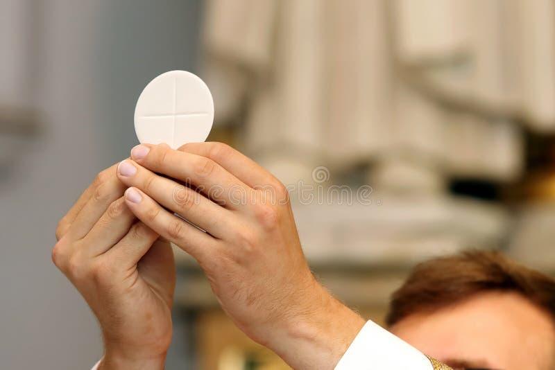 El sacerdote celebra una masa en la iglesia fotos de archivo libres de regalías