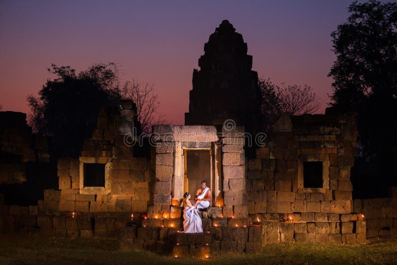 El sacerdote del sacerdote o de la yogui y de la mujer es ceremonia religiosa en Anci fotos de archivo