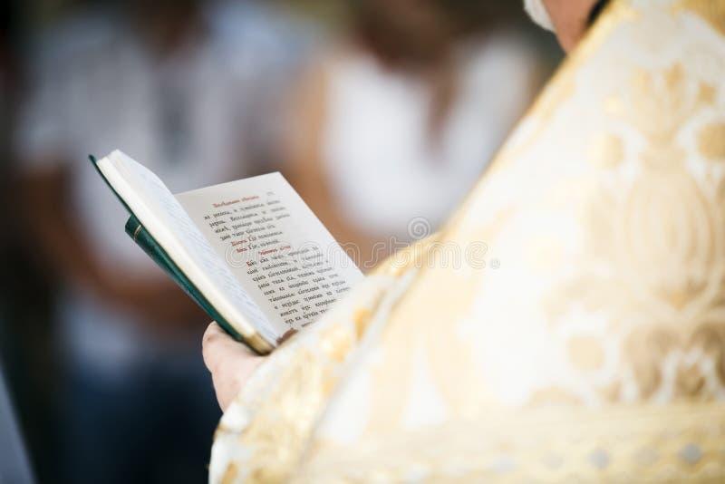 El sacerdote leyó el libro de oración foto de archivo